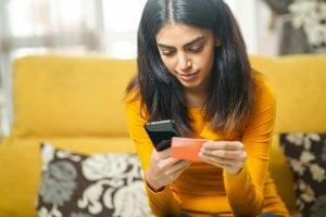 Cartão de débito ou crédito: como usá-los para evitar dívidas